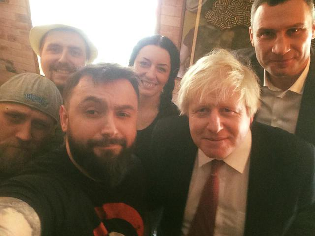 British FM Johnson visits Kyiv's pizzeria run by ATO veteran 01