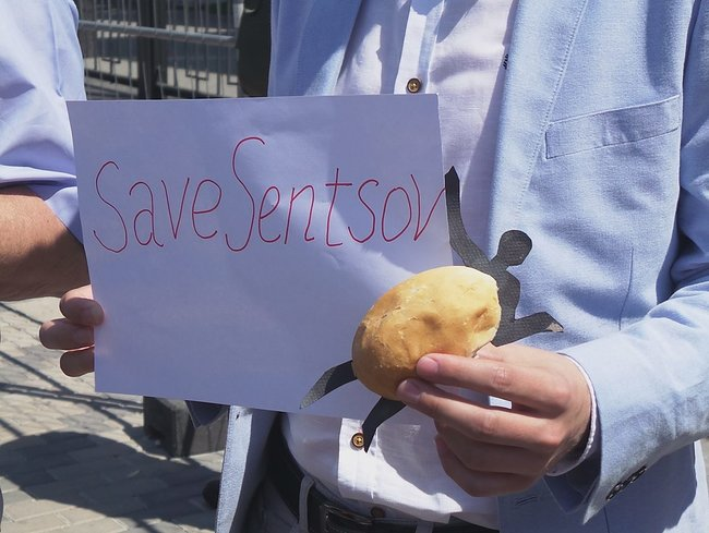 Buns for Putin: activists hold rally in support of Sentsov outside Kyiv-based Russian embassy 02