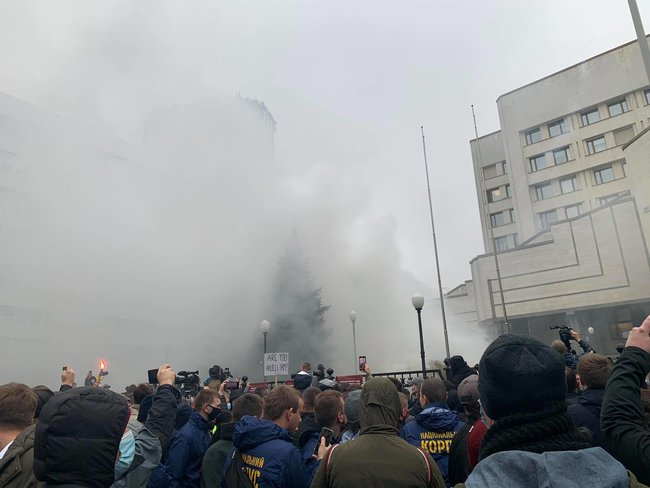 Protesters throw smoke bombs at Ukraines Constitutional Court 06