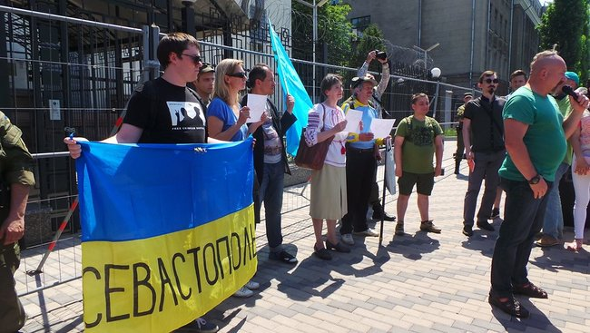 Buns for Putin: activists hold rally in support of Sentsov outside Kyiv-based Russian embassy 14