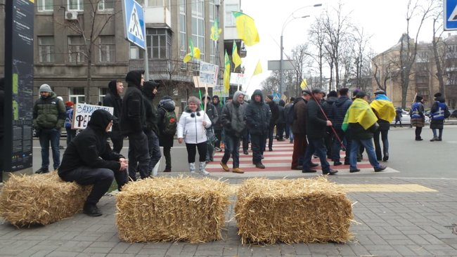 Ukrainian farmers announce indefinite protest against land market opening 16