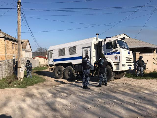 Crimean Tatars houses raided in Bakhchysarai: Armed law enforcers broke in, blocked roads 01