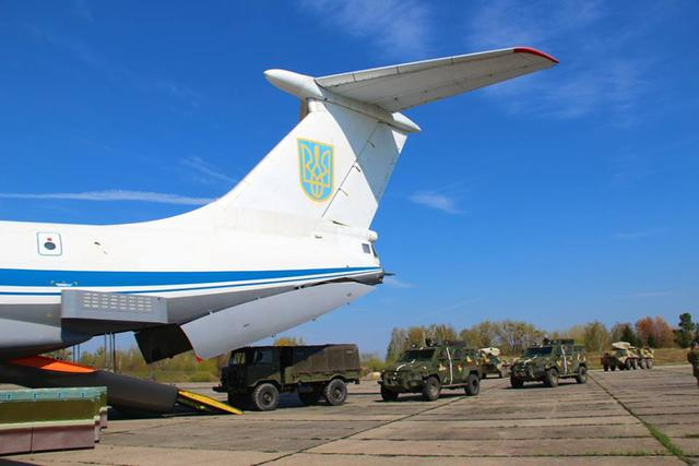 Airborne unit drills loading military hardware onboard IL-76 carrier in Zhytomyr region 01