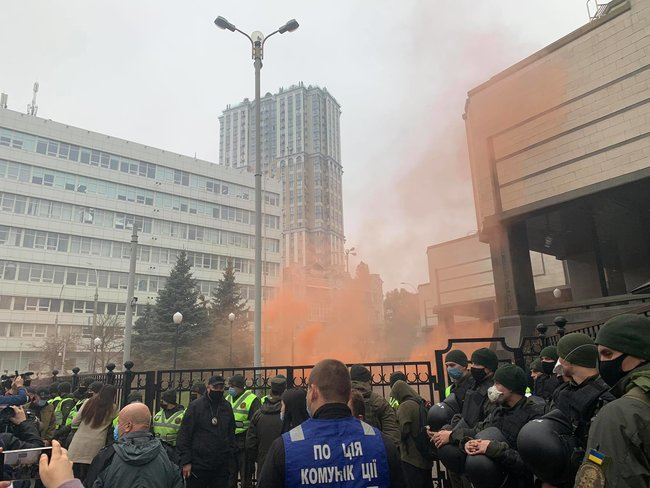 Protesters throw smoke bombs at Ukraines Constitutional Court 05
