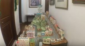 US diplomat's wife crafts gingerbread miniature of Kyiv's Andriivskyi Descent. VIDEO