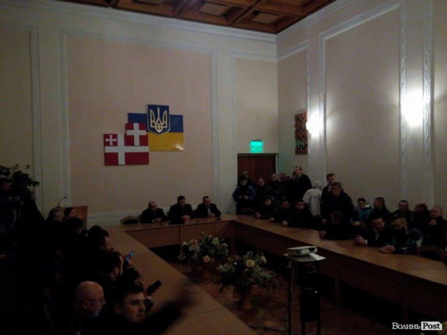 Protesters seek release of detained Donbas blockade participants inside Volyn Regional Council 05