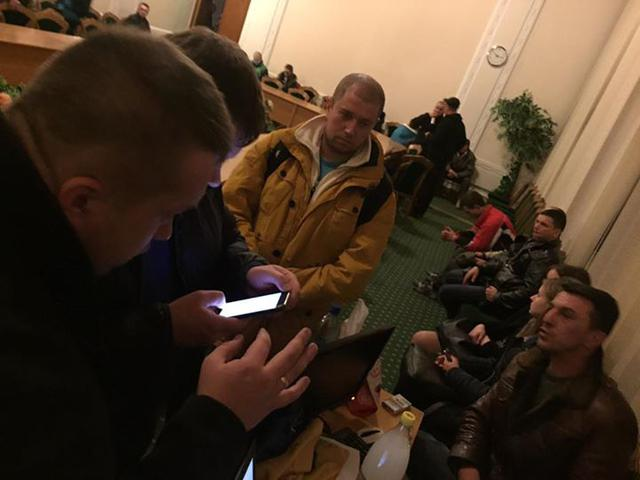 Protesters seek release of detained Donbas blockade participants inside Volyn Regional Council 02