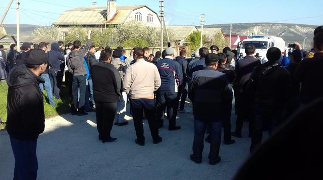 Crimean Tatars houses raided in Bakhchysarai: Armed law enforcers broke in, blocked roads 06