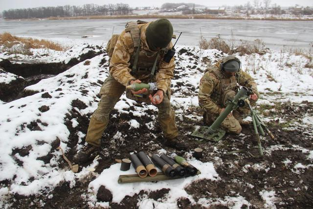 Ukraine's Army Spetsnaz compete in target practice with 60-mm mortars, - headquarters 04