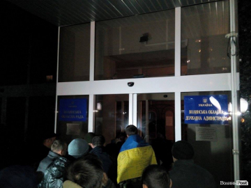 Protesters seek release of detained Donbas blockade participants inside Volyn Regional Council 01