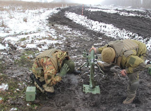 Ukraine's Army Spetsnaz compete in target practice with 60-mm mortars, - headquarters 01
