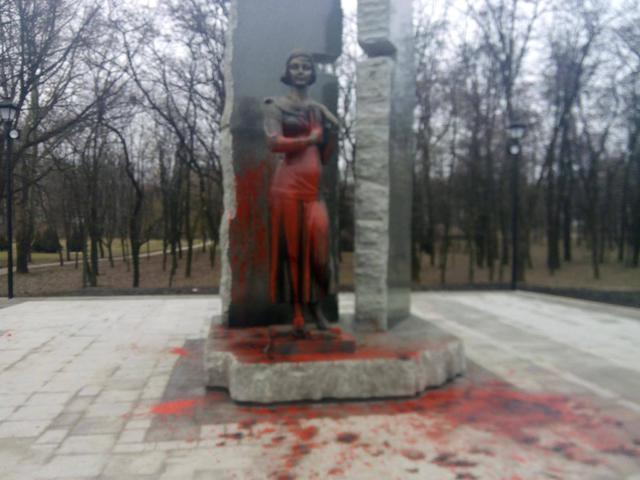 New monument to poetess Olena Teliha poured over with red paint in Babyn Yar 01