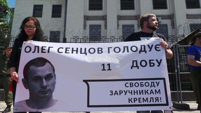 Buns for Putin: activists hold rally in support of Sentsov outside Kyiv-based Russian embassy 09