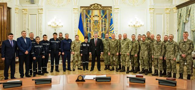 Poroshenko rewards soldiers and rescuers for merits in Avdiivka fighting 01