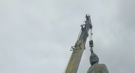 Last remaining monument of Lenin demounted in Odesa. PHOTOS