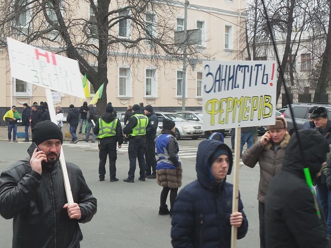 Ukrainian farmers announce indefinite protest against land market opening 04