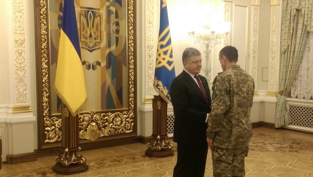 Poroshenko rewards soldiers and rescuers for merits in Avdiivka fighting 02