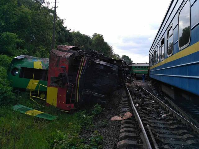 Six people injured as two trains collided in Khmelnytskyi region 01
