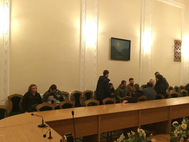 Protesters seek release of detained Donbas blockade participants inside Volyn Regional Council 03