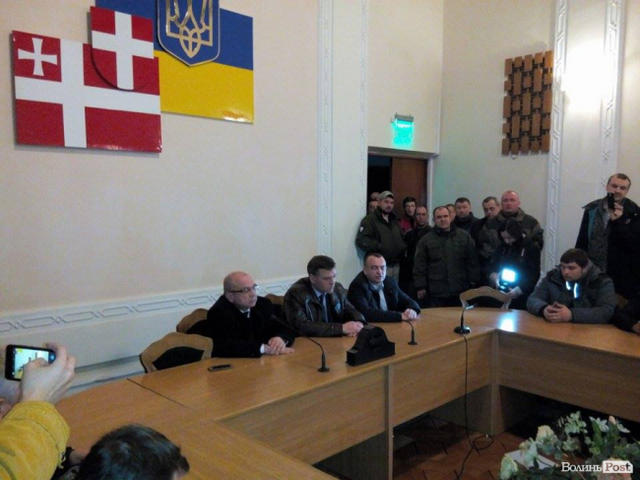 Protesters seek release of detained Donbas blockade participants inside Volyn Regional Council 04