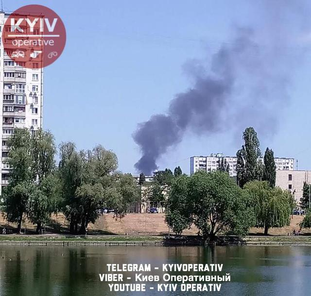 Fire occurred in Kyivs Dniprovskyi district as pillar of smoke rises high above city 01