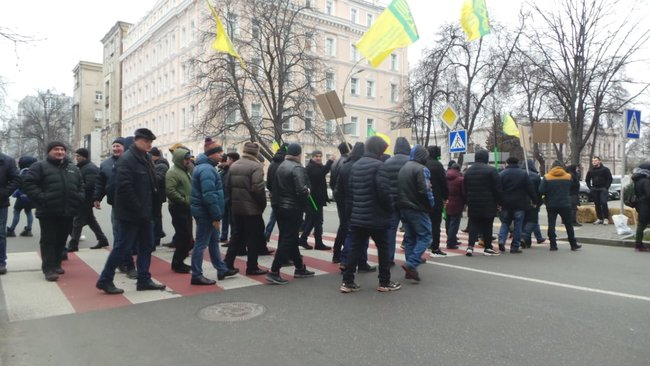 Ukrainian farmers announce indefinite protest against land market opening 14