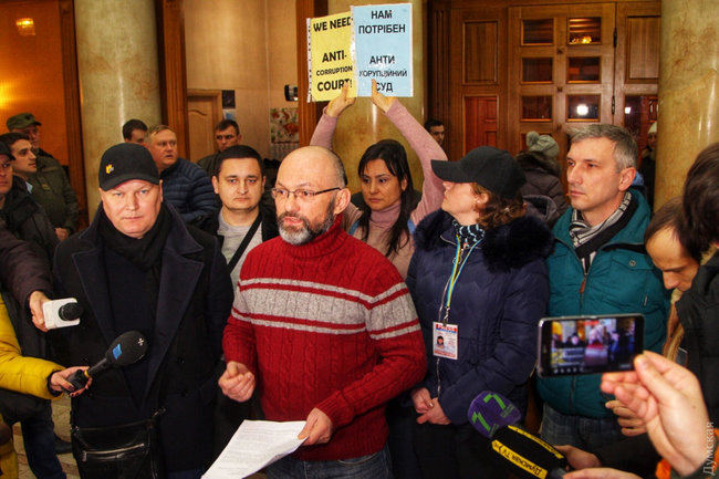 Mayor Trukhanov opens Odesa City Council session with lawmakers, activists demanding him to resign 10